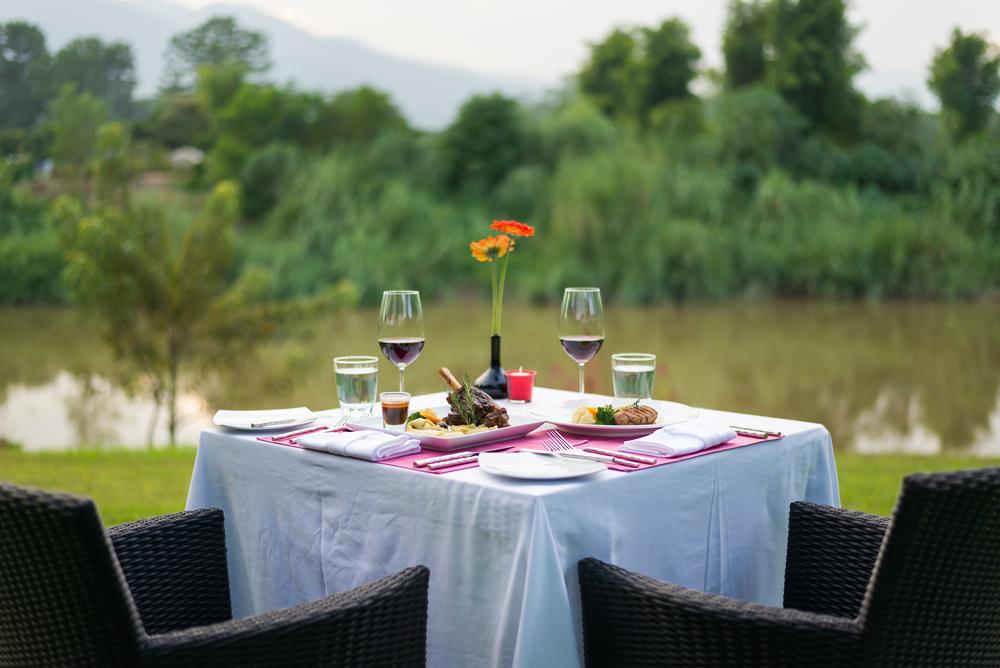 Décoration de table en extérieur: les astuces pour un repas réussi